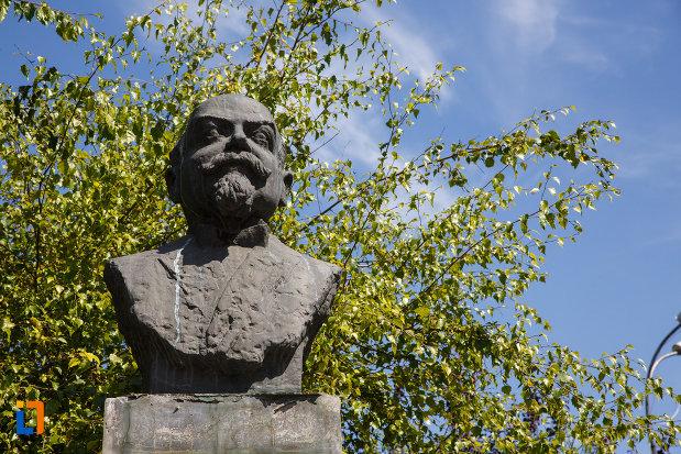 bustul-lui-mihail-kogalniceanu-din-tulcea-judetul-tulcea-vazut-in-prim-plan.jpg