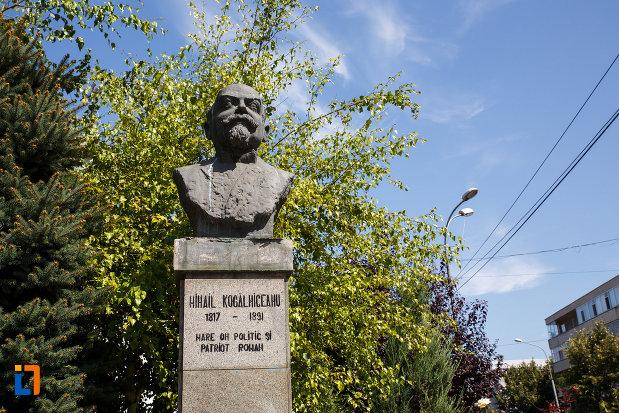 bustul-lui-mihail-kogalniceanu-din-tulcea-judetul-tulcea.jpg