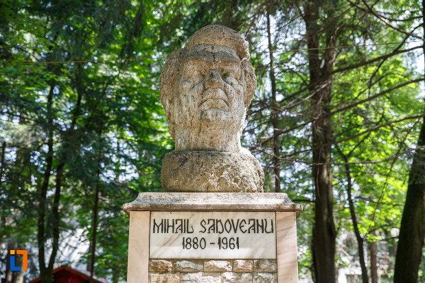 bustul-lui-mihail-sadoveanu-grupul-statuar-din-vatra-dornei-judetul-suceava.jpg