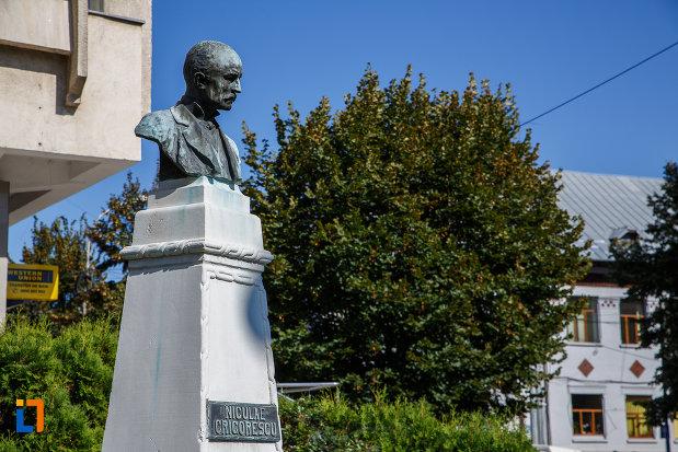 bustul-lui-nicolae-grigorescu-din-campina-judetul-prahova-pozat-din-lateral.jpg
