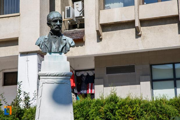 bustul-lui-nicolae-grigorescu-din-campina-judetul-prahova-vazut-din-fata.jpg