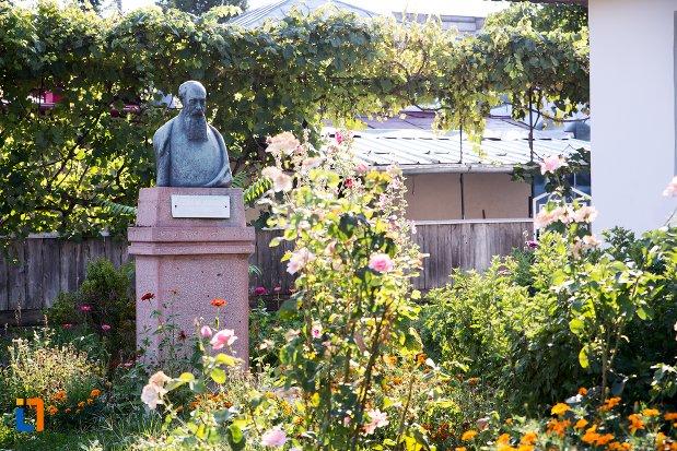 bustul-lui-nicolae-iorga-din-botosani-judetul-botosani.jpg