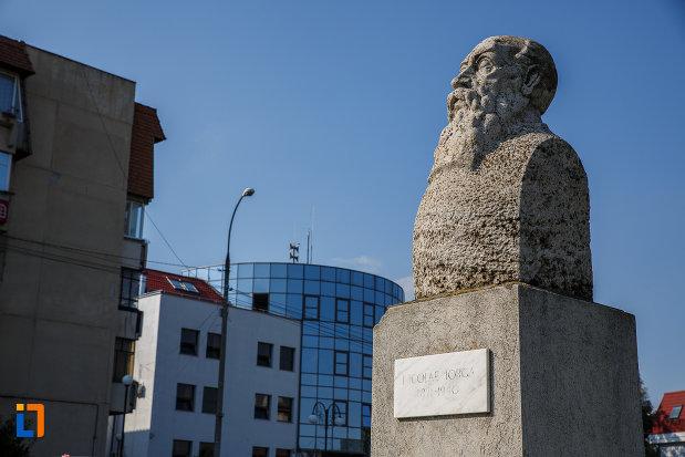 bustul-lui-nicolae-iorga-din-centrul-localitatii-valenii-de-munte-judetul-prahova-vazut-din-lateral.jpg