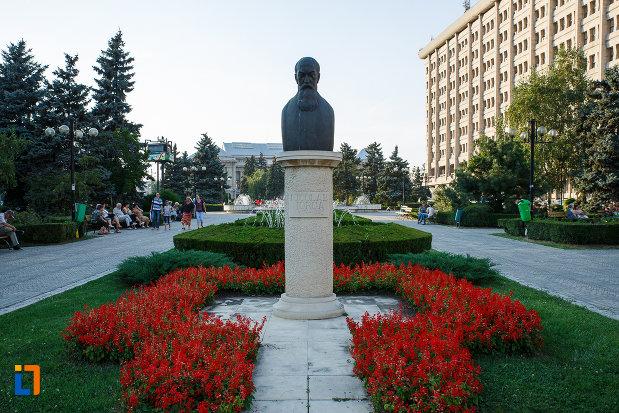 bustul-lui-nicolae-iorga-din-ploiesti-judetul-prahova-inconjurat-de-flori.jpg
