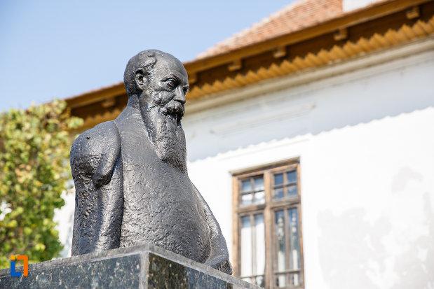 bustul-lui-nicolae-iorga-in-curtea-casei-din-valenii-de-munte-judetul-prahova-vazut-din-lateral.jpg