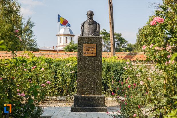 bustul-lui-nicolae-iorga-in-curtea-casei-din-valenii-de-munte-judetul-prahova.jpg