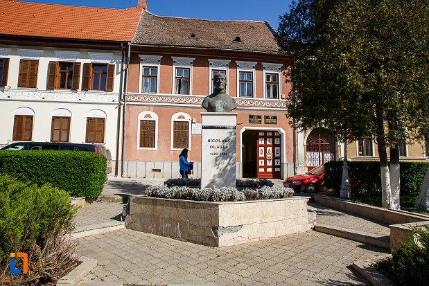bustul-lui-nicolaus-olahus-din-orastie-judetul-hunedoara.jpg