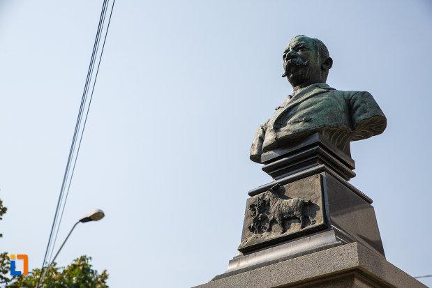 bustul-lui-radu-stanian-fost-primar-si-deputat-din-ploiesti-judetul-prahova-fotografiat-de-jos.jpg