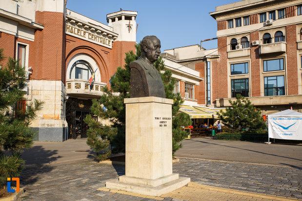 bustul-lui-toma-t-socolescu-din-ploiesti-judetul-prahova-fotografiat-din-lateral.jpg