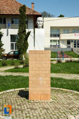 bustul-lui-tudor-arghezi-din-targu-carbunesti-judetul-gorj.jpg