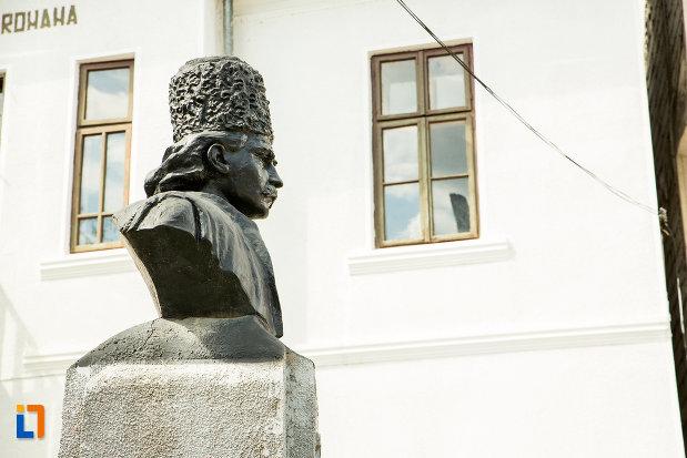 bustul-lui-tudor-vladimirescu-din-baia-de-arama-judetul-mehedinti-vazut-din-lateral.jpg