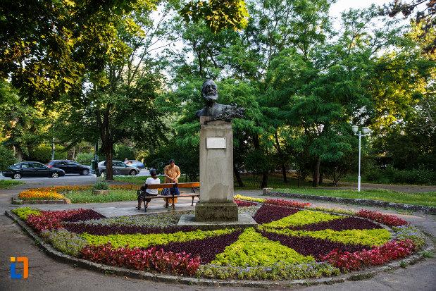 bustul-lui-vincentiu-babes-din-timisoara-judetul-timis-inconjurat-de-flori.jpg