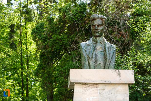 bustul-lui-vladimir-maiacovschi-din-baile-govora-judetul-valcea-vazut-in-prim-plan.jpg