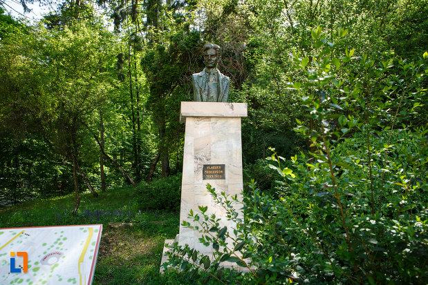 bustul-lui-vladimir-maiacovschi-din-baile-govora-judetul-valcea.jpg
