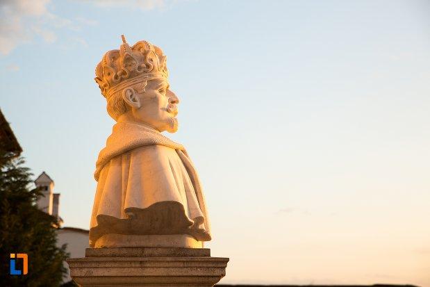 bustul-regelui-ferdinand-din-alba-iulia-judetul-alba-vazut-din-lateral.jpg