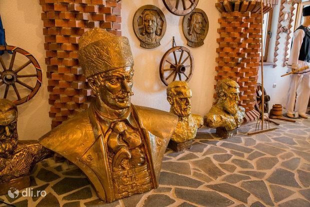 busturi-sculptate-din-manastirea-scarisoara-noua-judetul-satu-mare.jpg