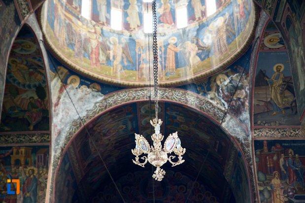 cadelabrul-din-biserica-ortodoxa-sf-gheorghe-din-racari-judetul-dambovita.jpg