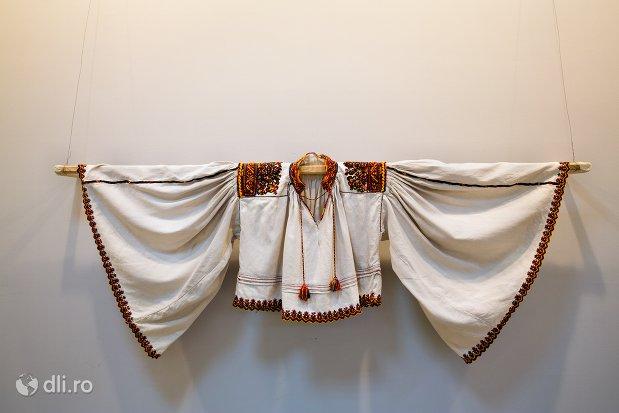 camasa-barbateasca-muzeul-tarii-oasului-din-negresti-oas-judetul-satu-mare.jpg