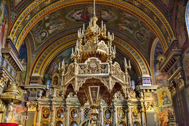 candelabru-din-catedrala-ortodoxa-adormirea-maicii-domnului-biserica-cu-luna-din-oradea-judetul-bihor.jpg