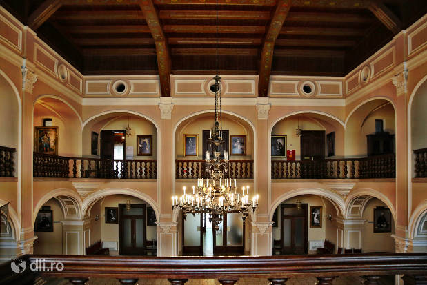 candelabru-si-interior-castelul-karolyi-din-carei.jpg
