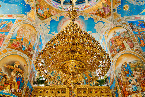 candelabrul-din-catedrala-ortodoxa-sfanta-vineri-din-zalau-judetul-salaj.jpg
