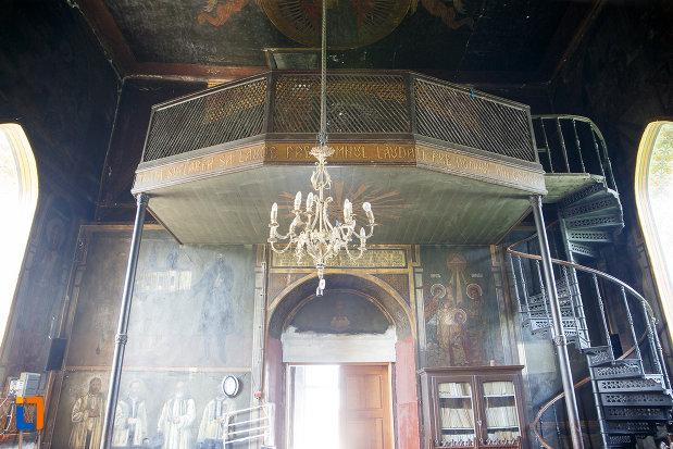 candelabrul-si-balconul-din-biserica-cuvioasa-paraschiva-1862-din-turnu-magurele-judetul-teleorman.jpg