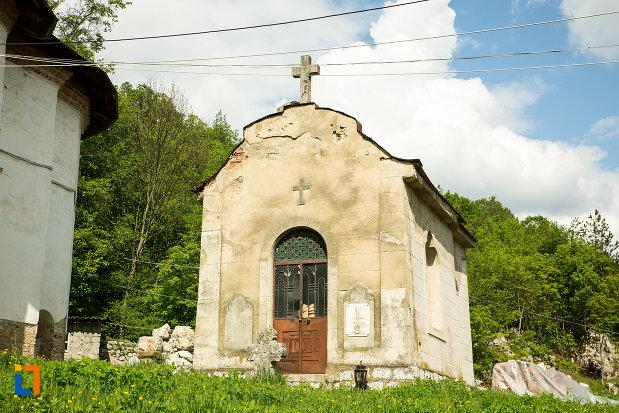 capela-langa-manastirea-sf-voievozi-din-baia-de-arama-judetul-mehedinti.jpg