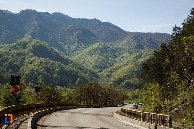 carpatii-meridionali-vazuti-de-pe-valea-oltului-din-calimanesti-judetul-valcea.jpg