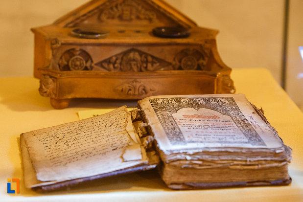 carte-veche-expusa-la-castelul-corvinilor-azi-muzeu-din-hunedoara-judetul-hunedoara.jpg