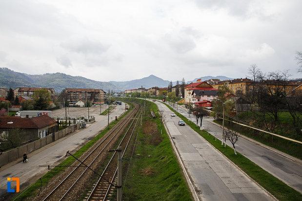 cartierul-muncitoresc-colonia-din-petrosani-judetul-hunedoara-traversat-de-calea-ferata.jpg