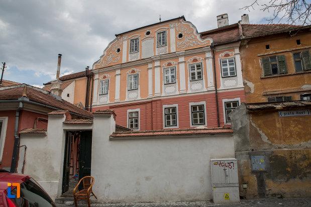 casa-azi-centrul-cultural-al-luxemburgului-din-sibiu-judetul-sibiu-vazuta-din-spate.jpg