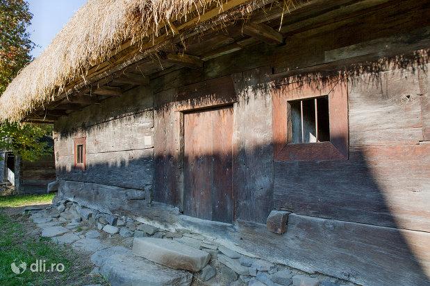 casa-cu-acoperis-de-paie-muzeul-satului-din-sighetu-marmatiei-judetul-maramures.jpg