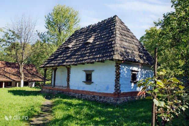 casa-cu-acoperis-din-lemn-muzeul-satului-osenesc-din-negresti-oas-judetul-satu-mare.jpg