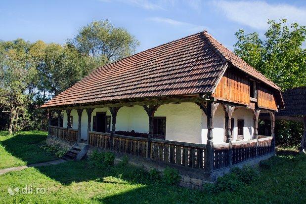 casa-cu-prispa-muzeul-satului-osenesc-din-negresti-oas-judetul-satu-mare.jpg