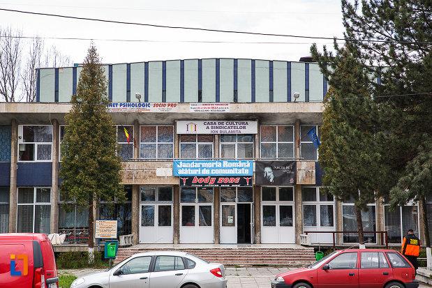 casa-de-cultura-a-sindicatelor-din-petrosani-judetul-hunedoara-intrarea-principala.jpg