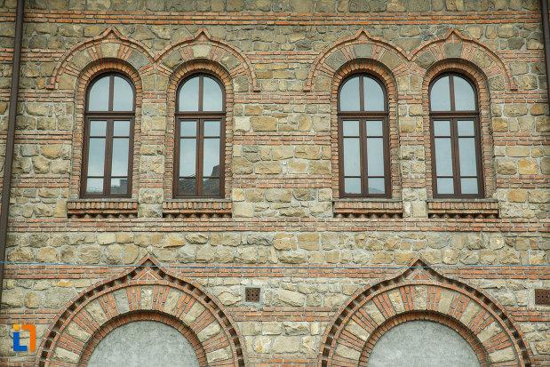 casa-de-cultura-a-sindicatelor-din-ramnicu-valcea-judetul-valcea-fotografie-cu-ferestrele.jpg
