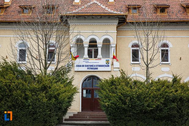 casa-de-cultura-a-studentilor-din-petrosani-judetul-hunedoara-imagine-cu-usa-principala.jpg