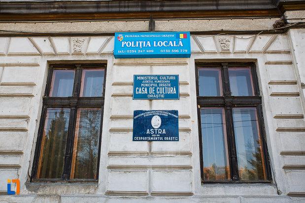 casa-de-cultura-din-orastie-judetul-hunedoara-placute-cu-institutiile-din-cladire.jpg