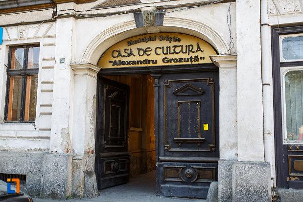 casa-de-cultura-din-orastie-judetul-hunedoara-poarta-din-lemn.jpg