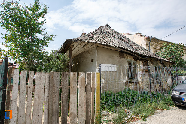 casa-de-lemn-hopmeier-din-suceava-judetul-suceava-vazuta-din-strada.jpg