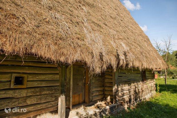 casa-din-barne-de-lemn-muzeul-satului-osenesc-din-negresti-oas-judetul-satu-mare.jpg