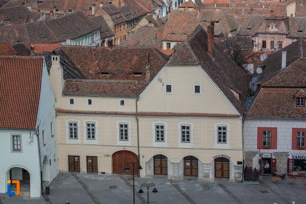 casa-haupt-are-in-curte-fragmente-ale-incintelor-i-si-ii-1694-din-sibiu-judetul-sibiu-vazuta-de-sus.jpg