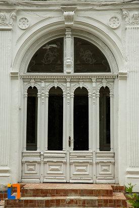 casa-leon-cracalia-din-focsani-judetul-vrancea-prim-plan-cu-usa-principala.jpg