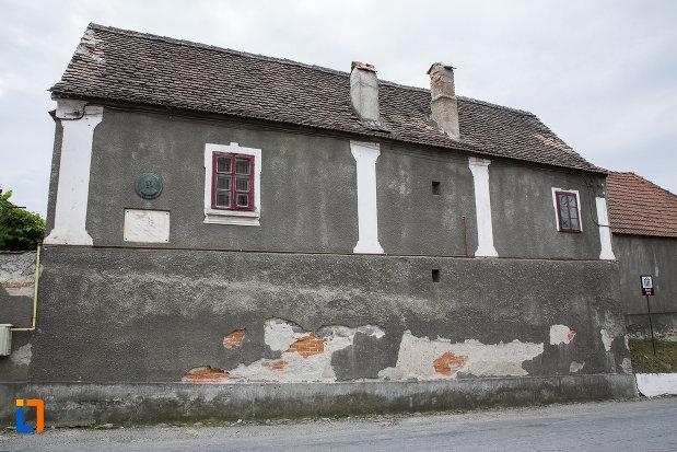 casa-memoriala-gheorghe-lazar-din-avrig-judetul-sibiu-vazuta-din-lateral.jpg