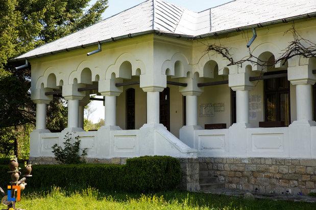 casa-memoriala-i-g-duca-din-maldarasti-judetul-valcea-veranda-si-intrarea-in-cladire.jpg
