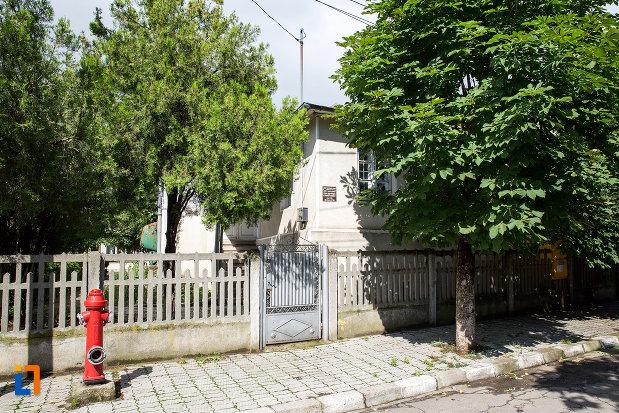 casa-parohiala-a-bisericii-catolice-din-targoviste-judetul-dambovita.jpg