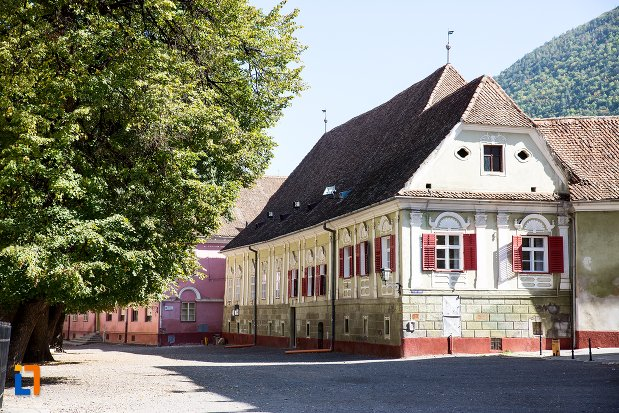 casa-parohiala-evanghelica-a-parohiei-biserica-neagra-din-brasov-judetul-brasov-vazuta-din-departare.jpg