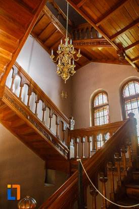 casa-scarii-din-castelul-cantacuzino-din-busteni-judetul-prahova.jpg