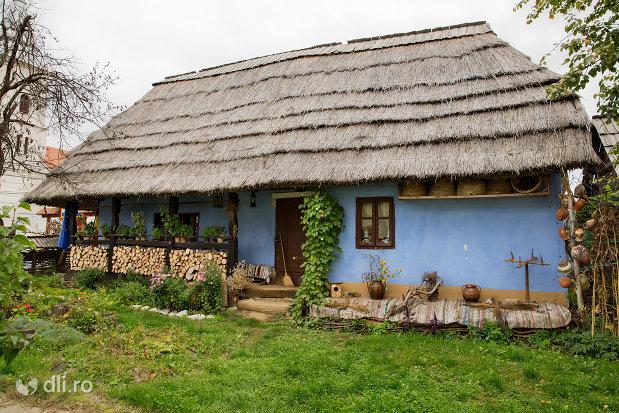 casa-traditionala-din-muzeul-satului-din-tautii-magheraus-judetul-maramures.jpg
