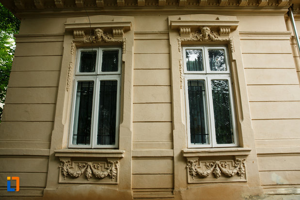 casa-zaharia-din-focsani-judetul-vrancea-detalii-de-la-ferestre.jpg